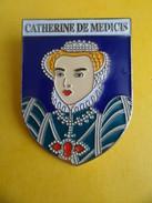 No Pins BROCHE Des ROIS Et REINES De France  CATHERINE DE MEDICIS  - Ed. ATLAS - Personajes Célebres