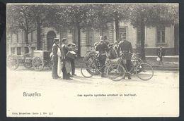 +++ CPA - BRUSSEL - BRUXELLES - Métier - Les Agents Cyclistes Arrêtant Un Teuf-teuf - Police - Vélo - Auto - Nels    // - Petits Métiers