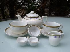 Dinette En Porcelaine Aux Motifs Filet Doré Et étoile Mauve - Jouets Anciens