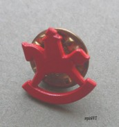 Pin´s Petit Cheval à Bascule Rouge - Otros