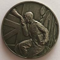 Médaille. Militaria. La Cantine Du Soldat Prisonnier. 1914-1915. G. Devreese. 55 Mm - 66 Gr - Professionals / Firms