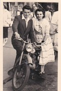 Photo Format Carte  Couple Et Sa Moto        Prise à Trouville (14) - Anonymous Persons