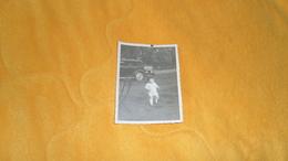 PHOTO ANCIENNE DATE ?. / VOITURE A IDENTIFIER. / ENFANT ANONYME. - Automobili