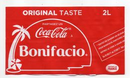 """Pub --  Publicité COCA-COLA  Sur étiquette De Bouteille  """" Partagez Un Coca-Cola à  BONIFACIO--Corse """" - Altri"""