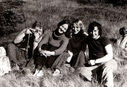 Photo Originale Photographe Amateur Et Bande De Copains Dans Les Années 1970 - Hippie & Insouciance ! - Personnes Anonymes