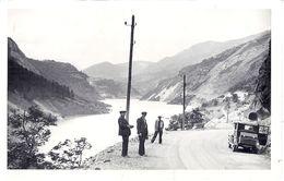 AUTOMOBILE ANNEE 1930.40  ET JEUNES HOMMES  DEVANT UN LAC DANS LES ALPES  CARTE PHOTO - Cars