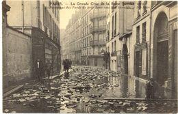75/CPA A - Paris - La Grande Crue De La Seine (1910) Soulévemant Des PAvés De Bois Dans Une Rue Inondée - Inondations De 1910