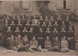 RARE Photo Originale Ecole Ecolières Jeunes Filles Et Prof Au Milieu à Rodez Aveyron  Format 22x15.5 Cms Sans éditeur - Places