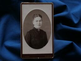 Photo  CDV L. Thiriot à Malzéville - Portrait Femme, Petite Croix De Lorraine Au Col, Circa 1885 L329 - Photos