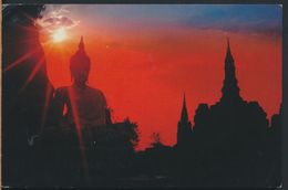 °°° 6746 - THAILAND - A SUN SET VIEW OF THE WAT MAHATHAT - 1990 With Stamps °°° - Tailandia