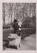 PHOTO 6.5 X 9 .  Femme Au Bébé Avec LANDEAU   (beau Plan ) 03/1940 Au Parc De La Tête D'Or LYON - Objects