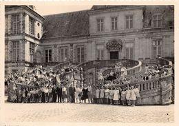 77-FONTAINEBLEAU  - PHOTO - DE GROUPE D'ENFANTS - DEVANT LE CHATEAU DE FONTAINEBLEAU - Trains
