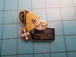 PIN1515A Pin's Pins / PHOTOGRAPHIE CAMERA 1960 PRESS LABO SERVICES ,  Belle Qualité ; - Boissons