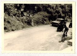 SPORT CYCLISME : VIEILLE VERITABLE PHOTO DENTELEE Photographie Avec Course Cycliste à Localiser (Aude?) - Ciclismo