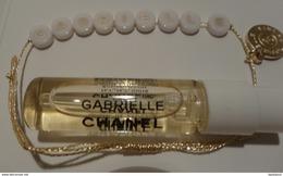 """CHANEL """" Gabrielle """"  Bracelet Lettres Gabrielle  Dorées Sur Fond Blance Avec Médaille Dorée - Cartes Parfumées"""