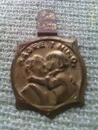 Emblema De Auxilio Social De Madre Y Niño. Guerra Civil Española. 1936-1939. Bando Nacional. Seccion Femenina Falange - 1939-45