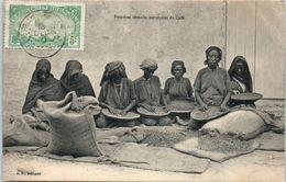 AFRIQUE -- SOMALIE -- Femmes Somalis Nettoyant  Du Café - Somalie