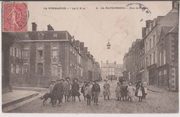LA HAYE PESNEL : LA RUE DE L'EGLISE - ECOLIERS - ECRITE EN 1906 -* 2 SCANS *- - Altri Comuni