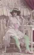 Carte Postale : Femme En Déshabillé,  Décolleté, Turban Et Bas Verts, Dentelles ,  Pose Coquine  N°5  Ed Tulipe N°200 - Femmes