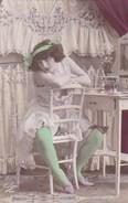 Carte Postale : Femme En Déshabillé,  Décolleté, Turban Et Bas Verts, Dentelles ,  Pose Coquine  N°6  Ed Tulipe N°200 - Femmes