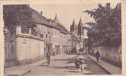 Guebwiller - Rue De La République (animation, église Au Fond) Circ Sans Date, Provient D'un Carnet (voir Découpe Gauche) - Guebwiller