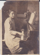 FOTO RAGAZZA CHE SUONA IL PIANOFORTE 1917 6X9 CM - Persone Anonimi