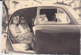 FOTO SIGNORE IN FIAT 600? 1960 A ST.TROPEZ OCCHIALI VINTAGE  6X9 CM - Personnes Anonymes