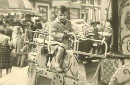 QUAREGNON  PHOTO CARTE FETE FORAINE EN 1962 ENFANT SUR UN MANÈGE - Personnes Anonymes