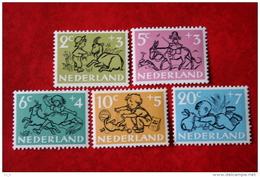 Kinderzegels, Child Welfare Kinder Enfant NVPH 596-600 (Mi 601-605) 1952 POSTFRIS / MNH ** NEDERLAND / NIEDERLANDE - 1949-1980 (Juliana)