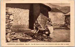 AFRIQUE -- AFRIQUE Du SUD -Missions Du Sud  Afrique  - Une Fille Faisant  Le Mortier - Südafrika