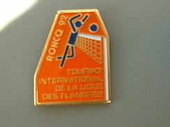PIN´S  VOLLEYBALL - RONCQ 92  - TOURNOI INTERNATIONAL DE LA LIGUE DES FLANDRES - Volleyball