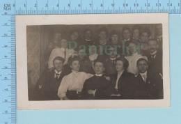 Carte Photo 1904-18 - Photo De Famille Autour D'un Religieux - Animée - 2 Scans - Photographie