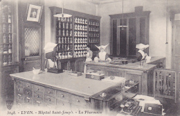 Lyon - Hôpital Saint Joseph - La Pharmacie (les Bonnes-Soeurs Préparent Les Médicaments, Balances, Pilon, Mortier) - Lyon 7