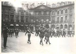 LIBÉRATION DE PARIS 1944 - Soldats Américains,place Vendôme (photo Parnotte  Format 17,5 X 12,7 Cm) - Guerre, Militaire