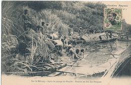 SUR LE MEKONG - N° 3 - APRES LE PASSAGE DU RAPIDE - REMISE EN ETAT DES PIROGUES - Viêt-Nam