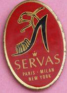 U  113 )...............SERVAS..........PARIS..MILAN..NEW YORK.........chaussure - Pin's