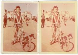 Foto/Photo. Knocke 1955. Jeune Garçon & Vélo Sur La Digue. Lot De 2 Photos - Plaatsen