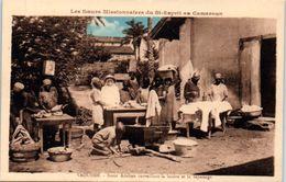 AFRIQUE -- CAMEROUN -- Yaoundé  - Soeur Adeline  Surveillant La Lessive Et Le Repassage - Cameroon