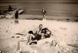 Photo Originale Plage & Maillot De Bain - Famille à La Plage Vers 1970 - Personas Anónimos