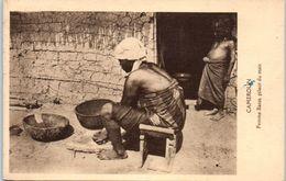 AFRIQUE -- CAMEROUN -- Femme Bassa Pilant Du Maïs - Cameroon