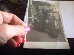 Photo Noir Et Blanc Photo Cartes Devant Magasin Commerces Journaux Femme - Personnes Anonymes