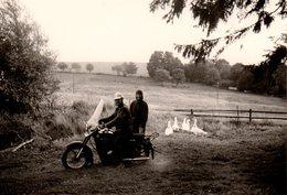 Photo Originale Motocyclisme - Couple En Moto Dans Les Champs Parmi Les Oies - Cyclisme