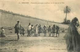 MAROC - MEQUINEZ - PRISONNIERS MAROCAINS TRAVAILLANT SUR LA ROUTE DE LA VILLE - Photo Amar Re Ohana Méquinez - 18 - Maroc