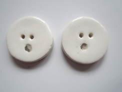 2 BOUTONS Signe De Ponctuation POINT Porcelaine ? Faience ? Ou Autre ? Diamètre 20 Mm Environs - Buttons