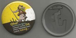No Pins  Badge Maxi  (7.5cm)   Propagande Francaise Olé Les Braves Gens Versez Votre Or Nous Versons Bien Notre Sang - Militaria