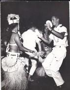 PHOTO--POLYNESIE Souvenir D'escale à TAHITI ?--porte-avions FOCH Ou CLEMENCEAU ( Année 1966-68 ? )--voir 2 Scans - Polynésie Française