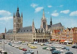 Ieper, Ypres, De Hallen En Kathedraal, Markt Vol Oldtimers (pk38829) - Ieper