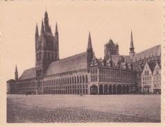 """Ieper, Ypres, Miniatuur Postkaart, Uit Reeks """"Ken Uw Land""""  De Hallen In 1914 (pk38898) - Ieper"""
