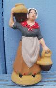 SANTON En Argile Femme, Fermière Porteuse De Cruches  Hauteur  7.7 Cm Estampillé LOU SANTOUNIE - Sculptures