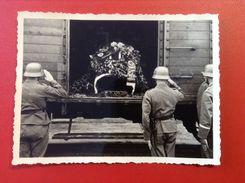 Foto WW2 Sarg Eines Toten Soldaten Im Wagon Zug Mit 3 Bewachten Soldaten Gebinde Mit Hakenkreuz Ca. 1940 - Guerra, Militari